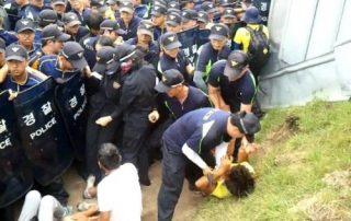사진2-고착된채 폭행당하는 남성